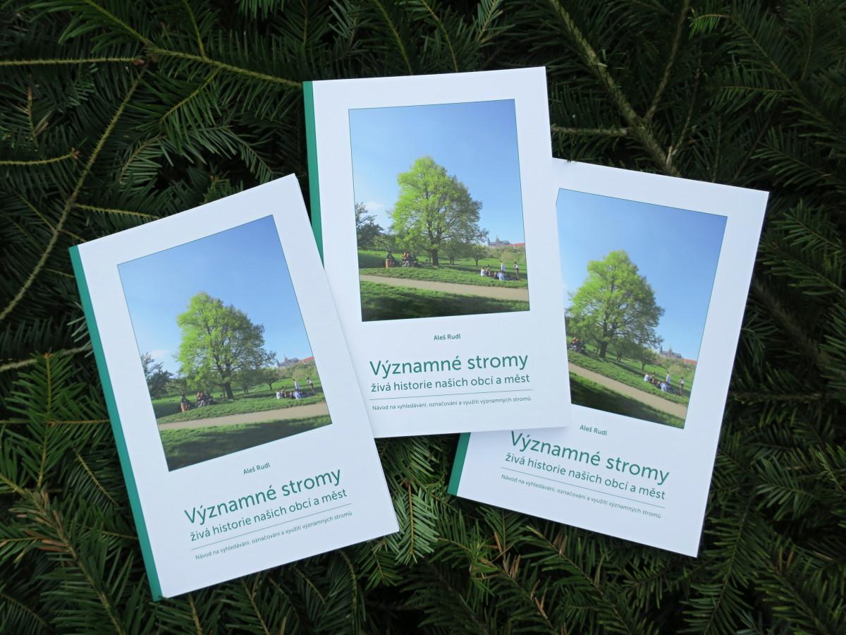 Vyhrajte knihu Významné stromy, živá historie našich měst a obcí