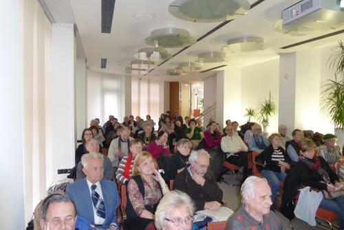 Početné publikum dozvídající se zajímavosti o památných a významných stromech Prahy